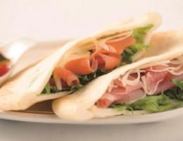 スモークサーモンと生ハムポテトサラダのヘルシーピタパン