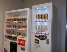ラウンジに酒類自動販売機を設置致しました。