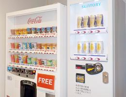 空港内2F「ラウンジ大山」に酒類自動販売機を設置致しました