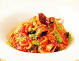 〔今月のイチオシ〕ヤリイカとブラックオリーブのバジルトマトスパゲティー 990円