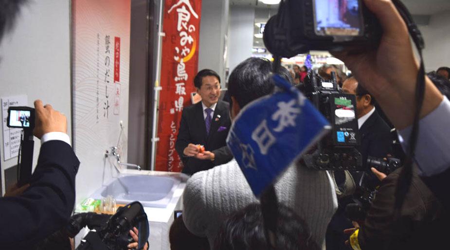 米子空港┃『ひねると蟹のだし汁がでる蛇口』を設置しました。